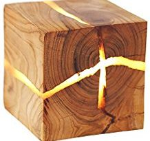 Lampara de pared de madera con grietas